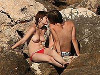 Zwei junge Lesben am Strand
