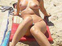 Geiles M�dchen mit sch�nen dicken Titten oben ohne am Strand